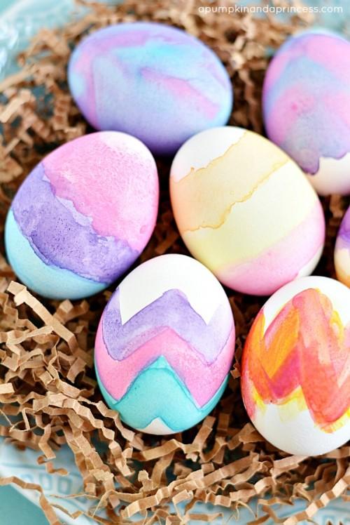 watercolor egg decor (via apumpkinandaprincess)