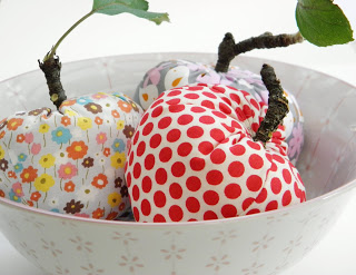 sweet fall fabric apples (via lillaluise)