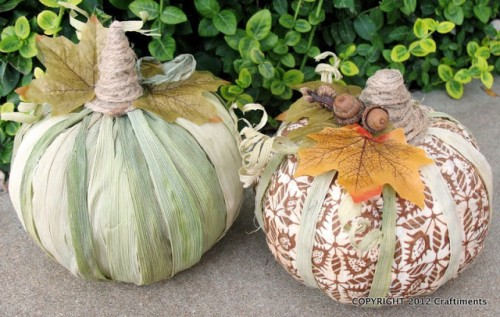 cornhusk and fabric pumpkins (via craftiments)