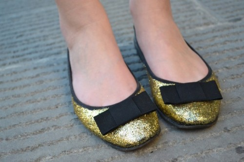 glittered flats with bows (via bornineightytwo)