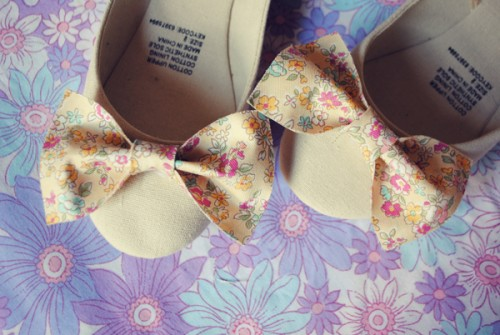 fabric bow flats (via houseofhumble)