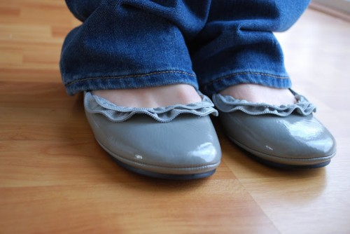 zipper ruffle flats (via craftaholicsanonymous)