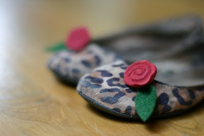 fabric flower flats (via flaxandtwine)