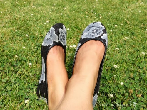 lace flats (via ehkitchen)