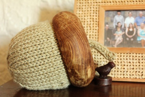 big knitted acorn (via gerberadesigns)