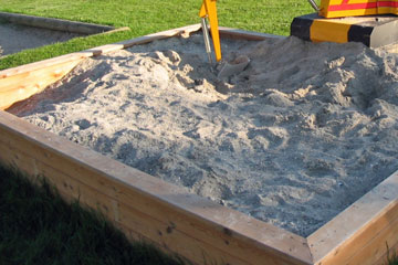 outdoor sandbox (via tlc)