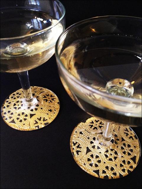 doily champagne glasses (via fabricpaperglue)