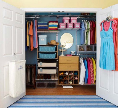 small walk in closet with a practical organizer