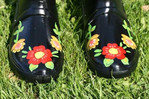 painted rain boots (via pearlsandscissors)