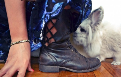 fashionable cut out boots (via allthegoodgirlsgotoheaven)