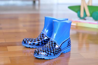 checked rain boots (via estefimachado)