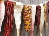 a Thankgiving garland made of corn husks and corn hobs is a stylish rustic decor idea you may use through the whole fall