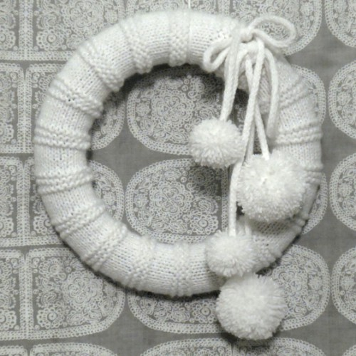 knit snowball wreath (via florriemarie)