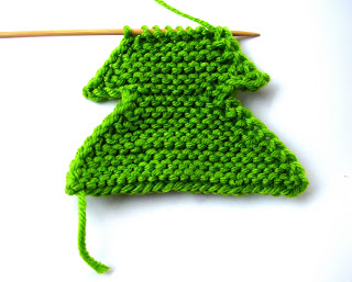 knit fir tree ornament (via ferbyscorner)