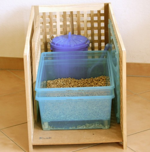 wood pellet litter box (via meowlifestyle)
