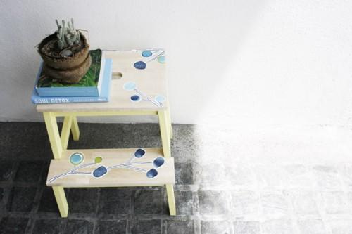 painted stool hack (via marilen)