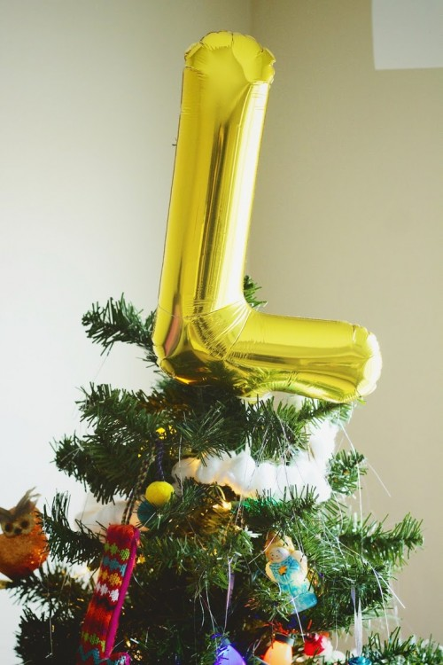 balloon tree topper (via everythingemilyblog)