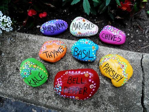 painted garden rocks (via craftsbyamanda)