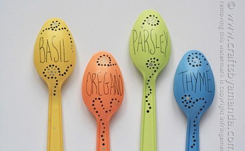 plastic spoon garden markers (via craftsbyamanda)