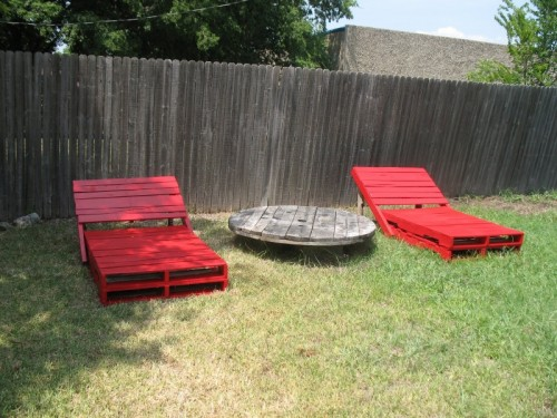 outdoor pallet loungers (via shelterness)