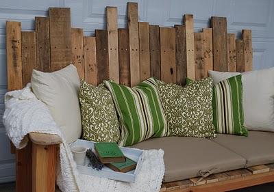 outdoor pallet bench (via theironstonenest)