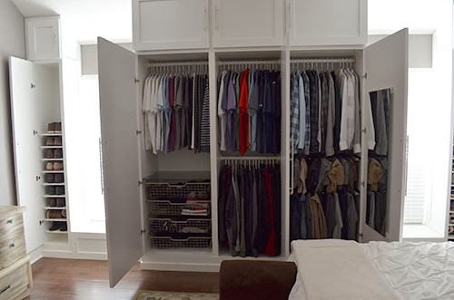 wardrobe inside a wall (via thehappyhomebodies)