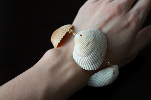 ombre sea shell bracelet (via 2girlsin2cities)