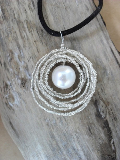 romantic pearl and wire necklace (via shelterness)