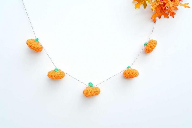 Picture Of cute diy little crochet pumpkin garland  1