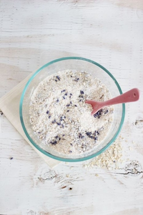 oatmeal and lavender bath soak (via styleoholic)