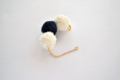 cozy pompom bracelet (via jasminblancboutique)