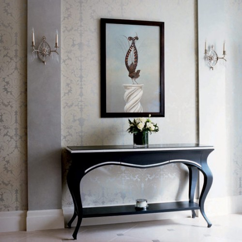Every hallway need a console table to make it look less dull.