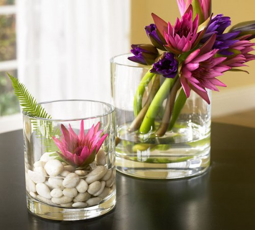 large glasses with pebbles, greenery and bright blooms can become chic decorations or centerpieces for the fall