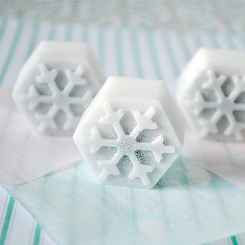 diy snowflake soap (via toriejayne)