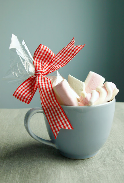 cups with cocoa and marshmallows (via mariajustdoit)