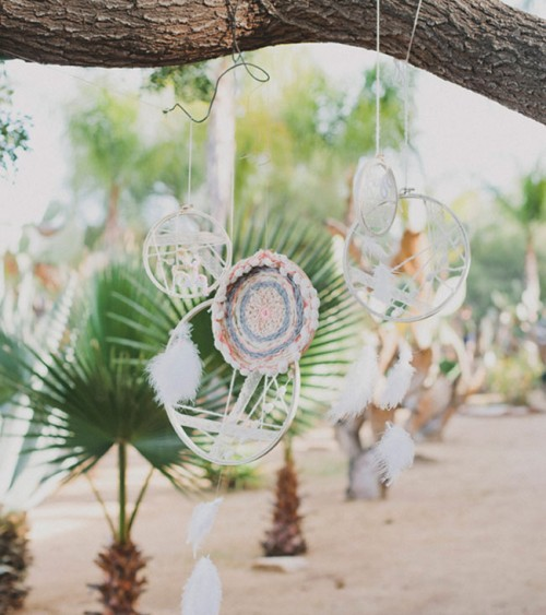 boho woven chargers (via greenweddingshoes)
