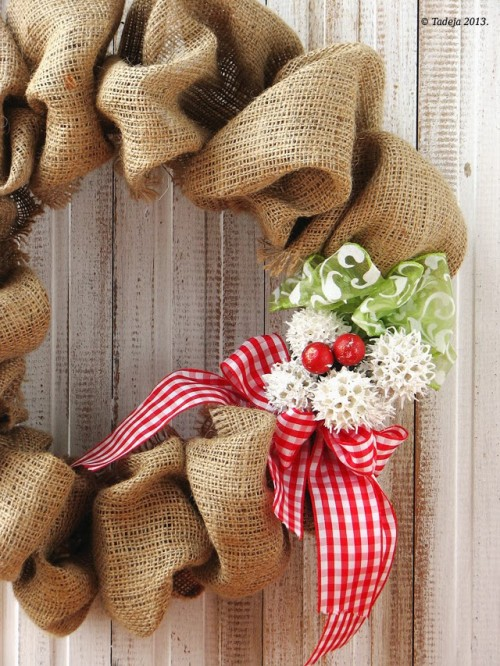 burlap summer wreath (via tandtkitchen)