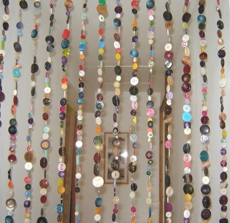 bottoni idee decorative originali : DIY Curtains Made of 2000 Buttons Shelterness
