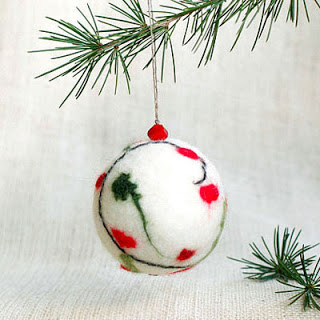 felt red and green ornaments (via tonyautkina)