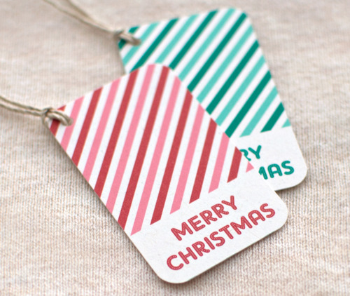 red and green gift tags (via blog)
