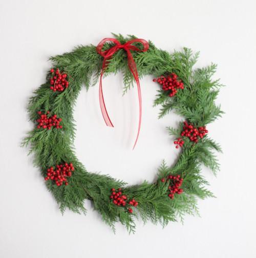 cedar and berries wreath (via hellonatural)