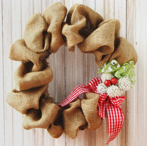 pretty burlap wreath (via tandtkitchen)