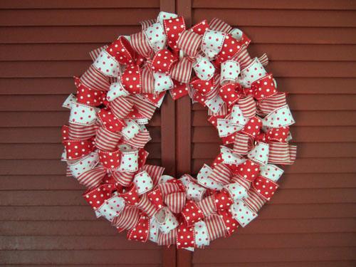 christmas ribbon wreath (via shelterness)