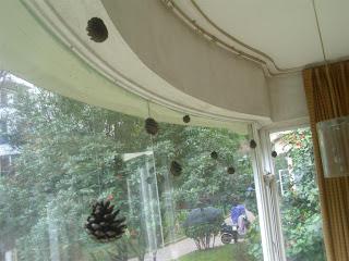 pinecone window decor (via thedoityourselfmom)