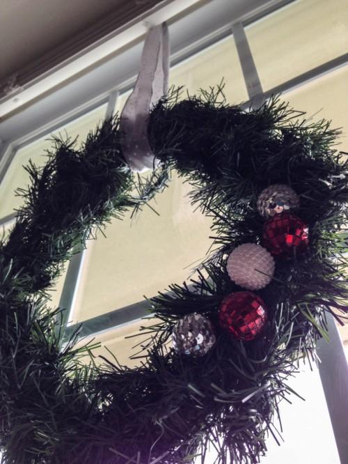 window Christmas wreath (via denniehouse)