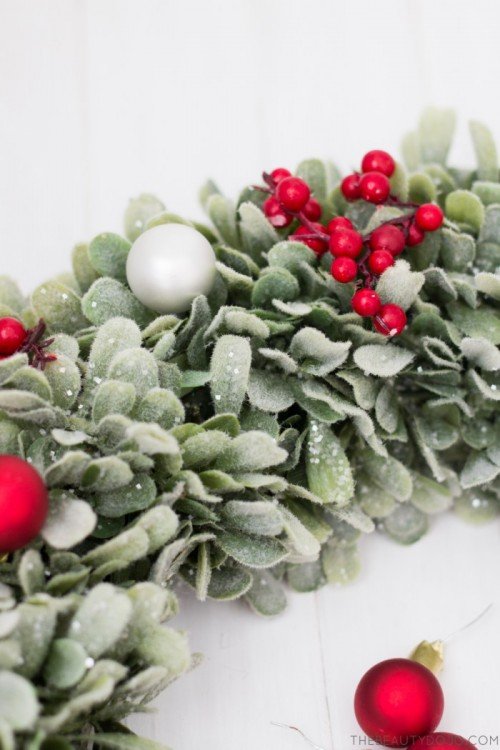 Homemade Christmas Decorations With Holly : Diy christmas wreath with holly and small ornaments