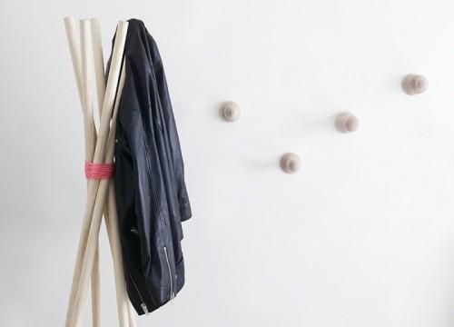really easy coat rack (via weekdaycarnival)