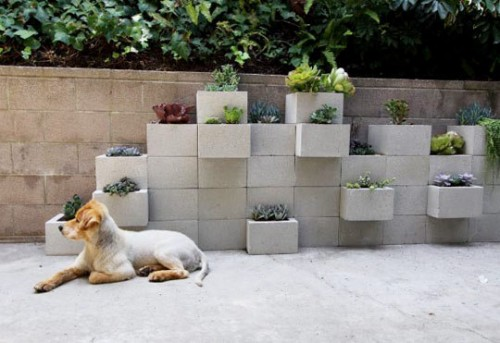 concrete planter wall  (via curbly)