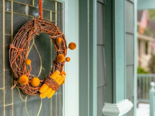 dried corn wreath (via hgtv)
