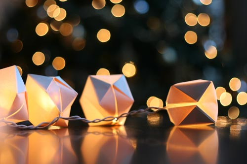 paper cube string lights (via shelterness)
